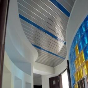 Реечный потолок с цветными вставками