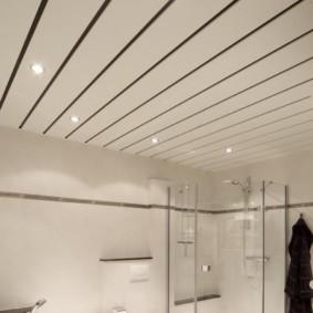 Реечный потолок в ванной с душевой кабиной