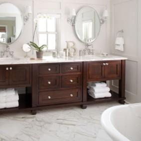 Деревянная мебель в ванной супругов