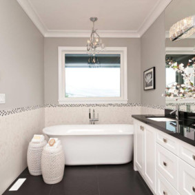 Белая ванна на темном полу
