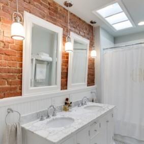 Кирпичная стена без штукатурки в ванной комнате
