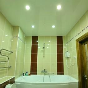 Встроенные светильники в потолке ванной