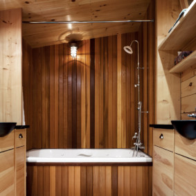Обшивка ванной деревянными рейками