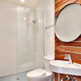 Круглой зеркало на деревянной обшивке