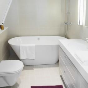 Белая ванная в мансарде частного дома