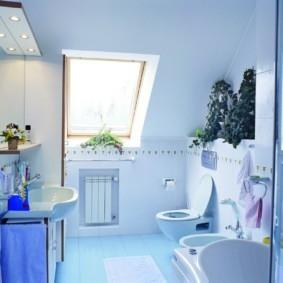 Ванная в мансарде загородного дома