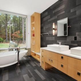 Серая отделка просторной ванной