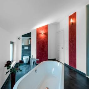 Красно-белая отделка стен современной ванной