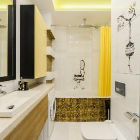 Желтая занавеска в светлой ванной
