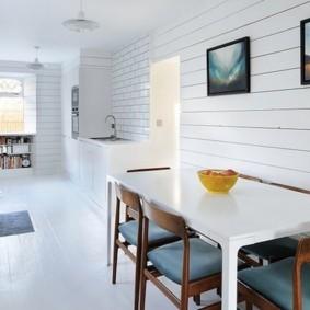 Панели ПВХ на стене кухни в сельском доме
