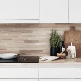 Деревянный фартук в белой кухне