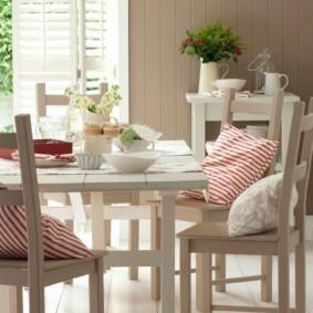Кухонный стол с деревянной столешницей