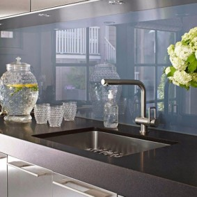 Глянцевая поверхность кухонного фартука