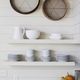 Белая посуда на открытых полках