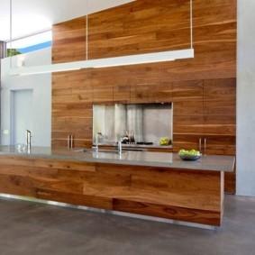 Деревянные панели в кухне с островом