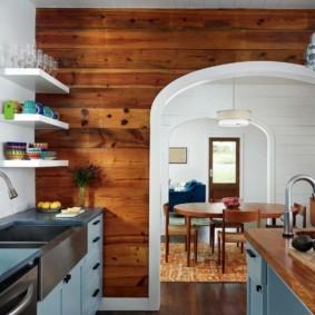 Деревянные панели в кухне частного дома
