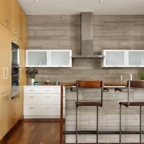 Серые панели в кухне большой площади