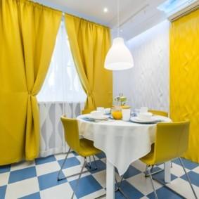 Желтые занавески из плотной ткани