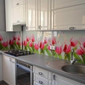Розовые тюльпаны на кухонном фартуке