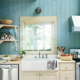Деревянная обшивка стен кухни в деревенском доме