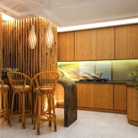 Бамбук в интерьере кухни частного дома