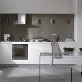 Серый фартук в кухне с линейным гарнитуром