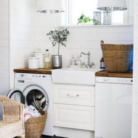 Корзина с бельем перед люком стиральной машинки