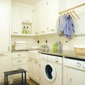 Рубашки на вешалке в кухне частного дома