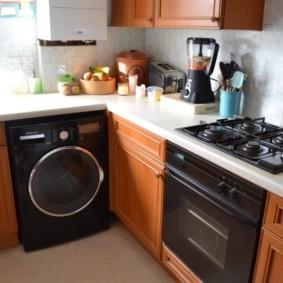 Черная бытовая техника в маленькой кухне