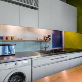 Деревянная полочка на кухонном фартуке