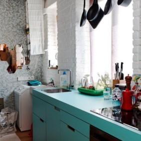 Кухонная мойка в столешнице бирюзового цвета