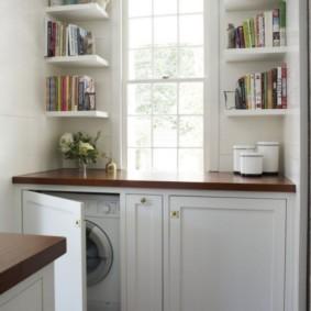 Полки для книг на стене кухни