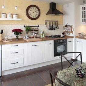 Большие часы на стене кухни