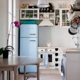 Угловой гарнитур в компактной кухне