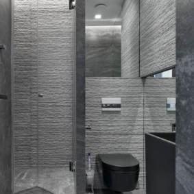 Серый стены комнаты с душевой кабиной