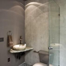 Каменный умывальник в углу ванной комнаты