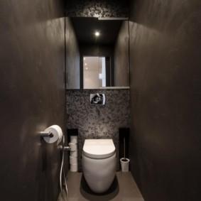 Узкий туалет с белым унитазом