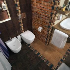 Комбинированное покрытие пола в туалете