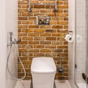 Обои под кирпич на стене маленького туалета