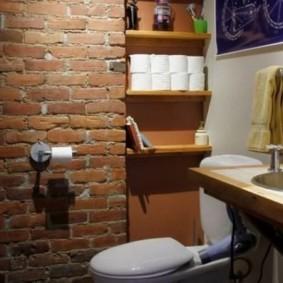 Рулоны туалетной бумаги на деревянной полочке