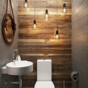Лампочки на длинных шнурах в туалете индустриального стиля