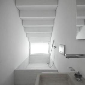 Узкая ванная под лестницей в частном доме