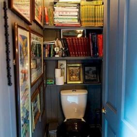 Полки с книгами в туалете дачного домика