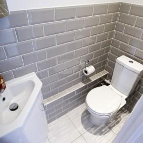 Угловая раковина в компактном туалете