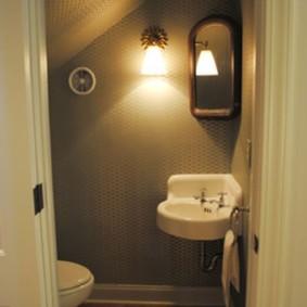 Освещение туалета под деревянной лестницей