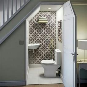 Влагостойкие обои на стене туалета
