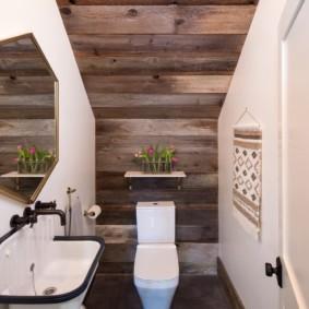 Деревянные панели на потолке туалета