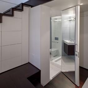 Большое зеркало на внутренней стороне туалетной двери