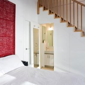 Туалет в спальне с лестницей на второй этаж
