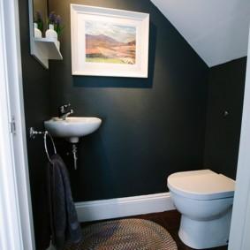 Картина на темной стене туалета